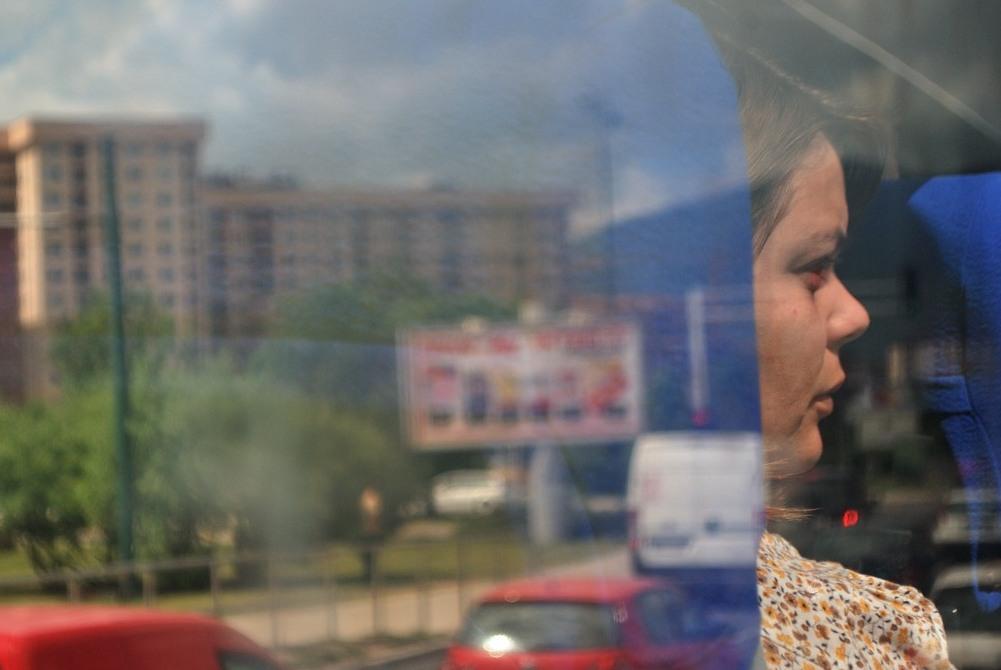 In bus, guardando la città dal finestrino