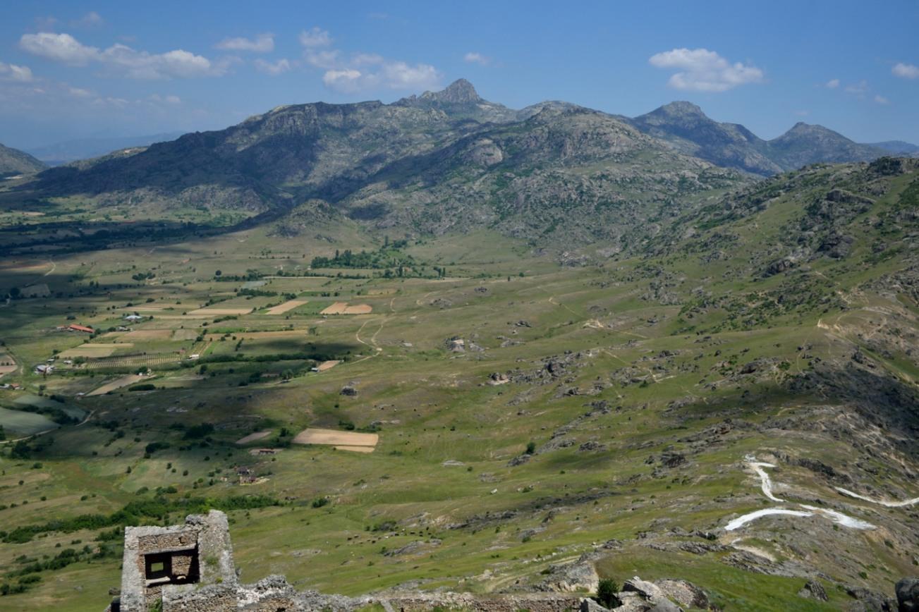 Il monastero si trova sotto la cima al centro della foto, all'orizzonte