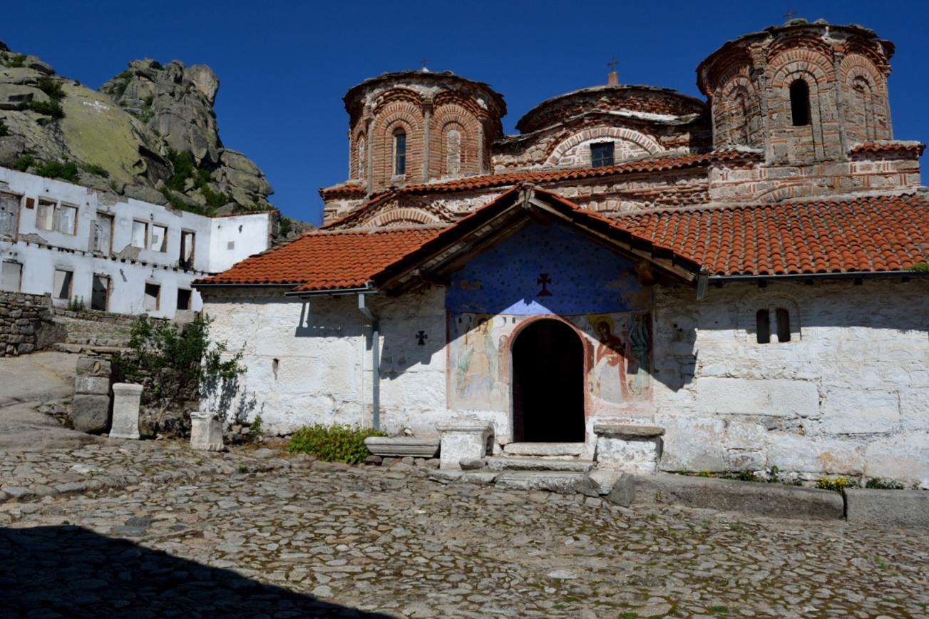 La chiesa del monastero di Treskavec è al centro di edifici scheletrici