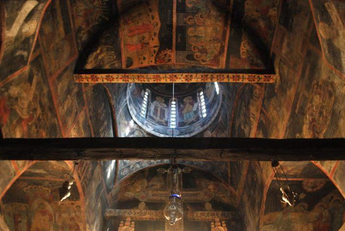 Le pareti della chiesa sono completamente affrescate