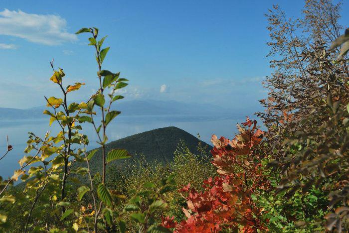Dal bosco sopra Ljubanista cerco uno squarcio di panorama sul lago