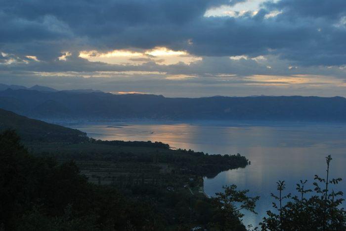 Il sole specchia il suo tramonto davanti le acque albanesi di Pogradec