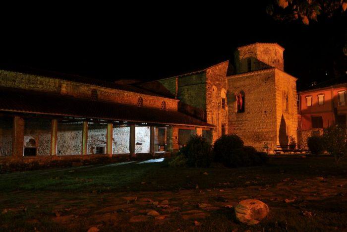 Arrivo a Ohrid di sera, ne approffitto per scattare in notturna: la chiesa di Santa Sofia