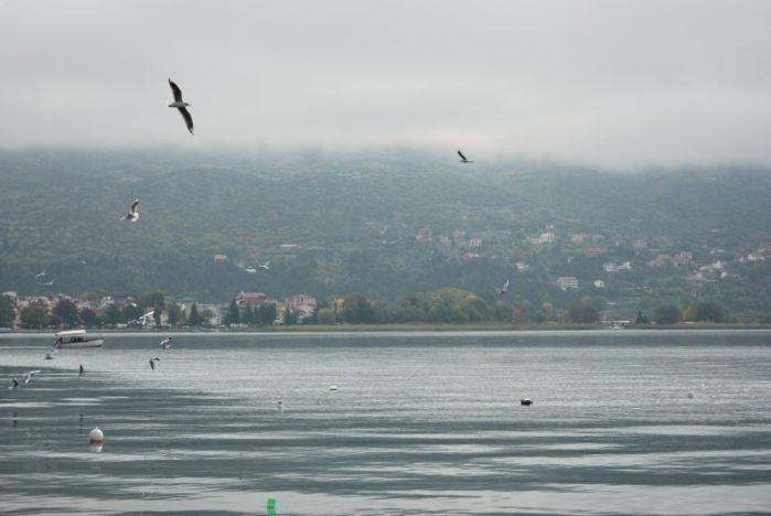 Acqua, terra e nuvole davanti alle sponde di Ohrid