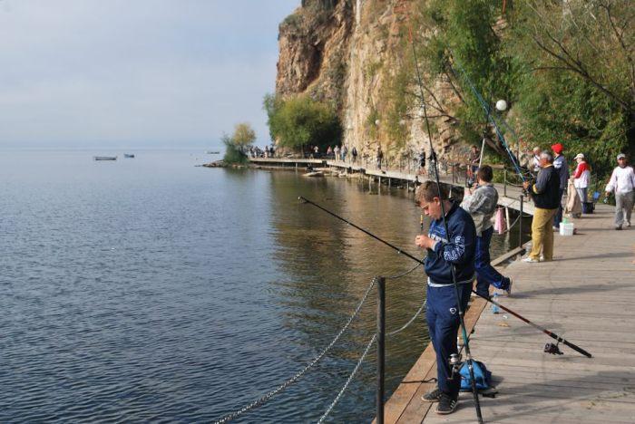 Di mattina, sulla passerella ci sono pescatori e turisti