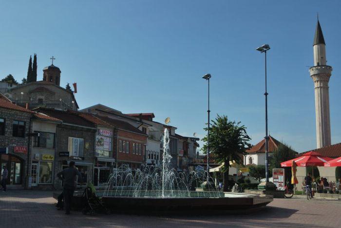 Una chiesa e una moschea nella piazza di Ohrid dimostrano l'interetnicità della Macedonia