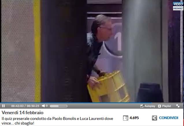 Bonolis scaglia la cassetta gialla contro l'Alieno dietro le quinte. Fotogramma tratto da video Mediaset