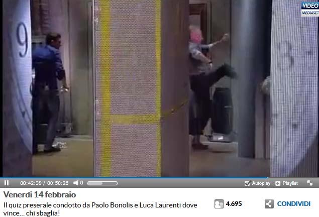 Dopo Laurenti, anche Bonolis prende a calci l'Alieno dietro le quinte. Fotogramma tratto da video Mediaset