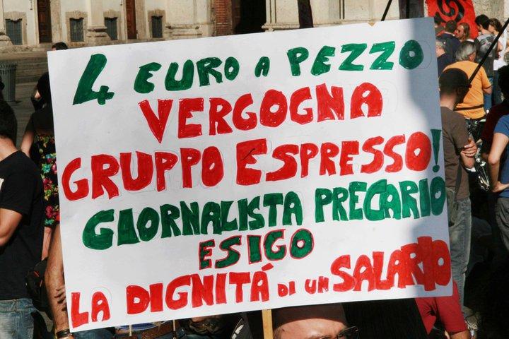 """Il cartello di un giornalista precario nella manifestazione a Milano del 9 aprile 2011 """"Il nostro tempo è adesso"""""""